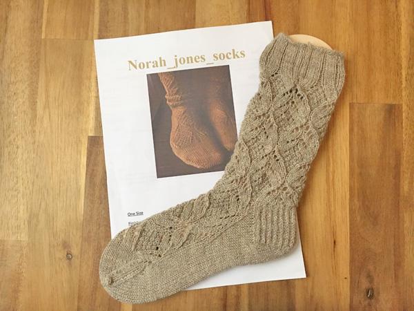 やっと片方が編み上がりました ~Norah jones socks