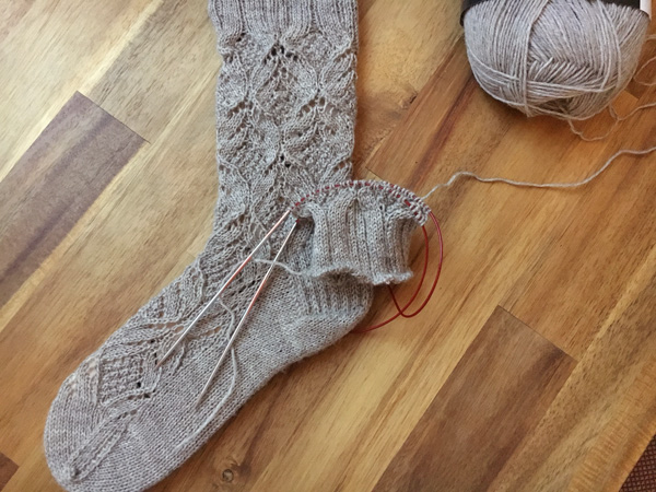 やっともう片方に着手 ~Norah jones socks